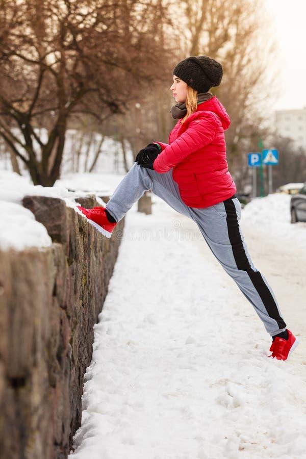 Γυναίκα που φορά sportswear που ασκεί έξω κατά τη διάρκεια του χειμώνα στοκ φωτογραφίες με δικαίωμα ελεύθερης χρήσης