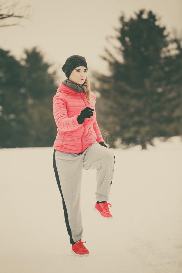 Γυναίκα που φορά sportswear που ασκεί έξω κατά τη διάρκεια του χειμώνα στοκ φωτογραφία