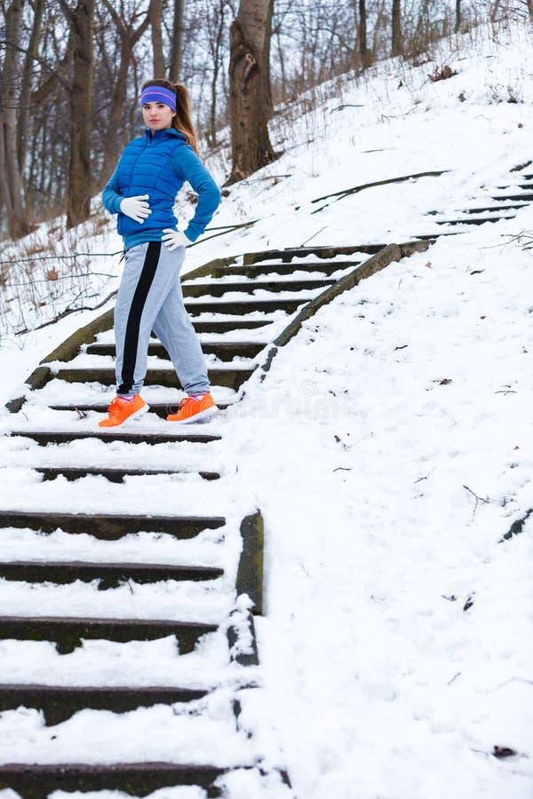 Γυναίκα που φορά sportswear που ασκεί έξω κατά τη διάρκεια του χειμώνα στοκ φωτογραφία με δικαίωμα ελεύθερης χρήσης