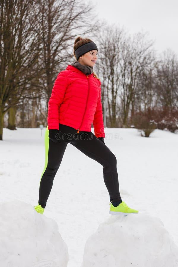 Γυναίκα που φορά sportswear που ασκεί κατά τη διάρκεια του χειμώνα στοκ εικόνες με δικαίωμα ελεύθερης χρήσης