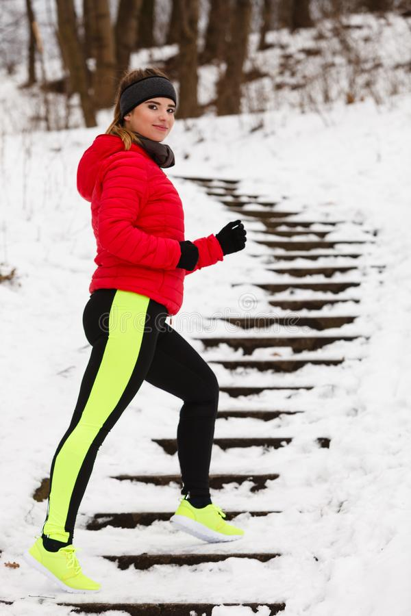 Γυναίκα που φορά sportswear που ασκεί κατά τη διάρκεια του χειμώνα στοκ εικόνα με δικαίωμα ελεύθερης χρήσης
