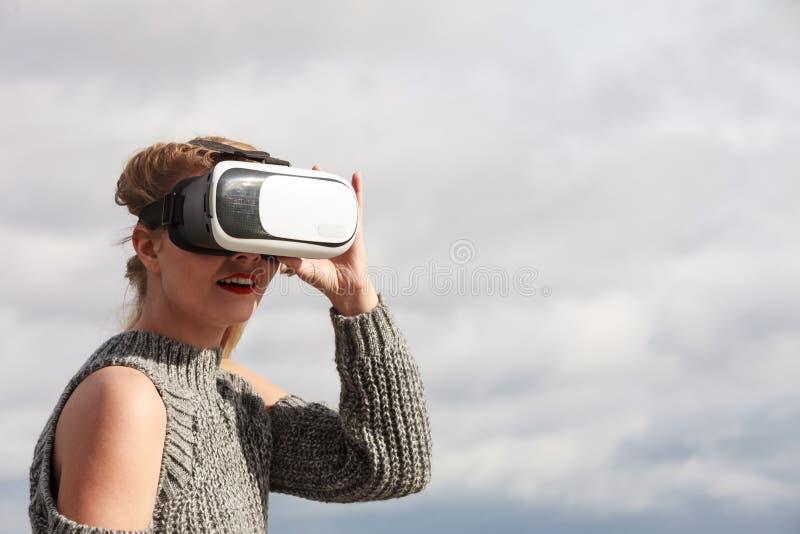 Γυναίκα που φορά VR έξω στοκ εικόνες