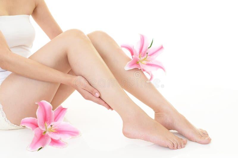 Γυναίκα που φροντίζει τα πόδια της στοκ εικόνες με δικαίωμα ελεύθερης χρήσης