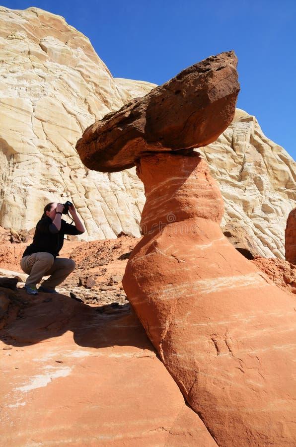 Γυναίκα που φωτογραφίζει ένα Paria Rimrocks κόκκινο Toadstool στοκ εικόνα με δικαίωμα ελεύθερης χρήσης
