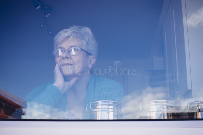 Γυναίκα που χάνεται ανώτερη στη σκέψη στοκ φωτογραφία