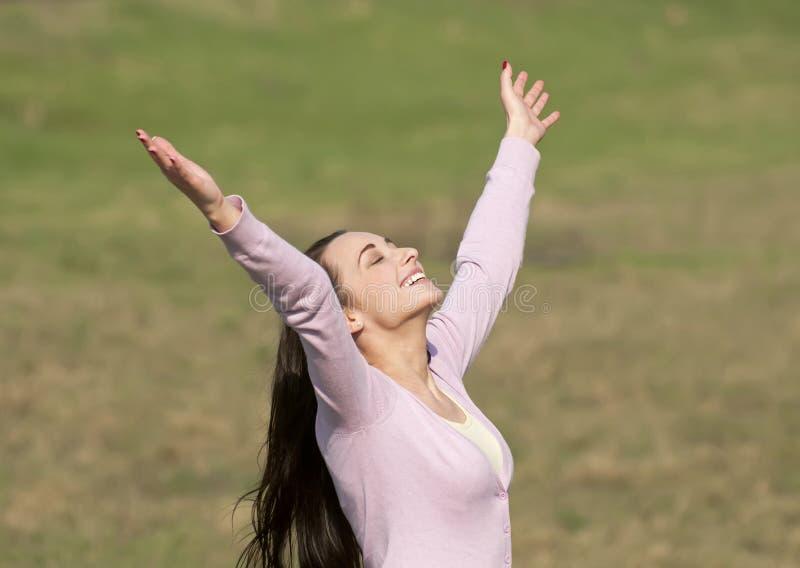 Γυναίκα που χαίρεται σε ένα λιβάδι στοκ εικόνα με δικαίωμα ελεύθερης χρήσης