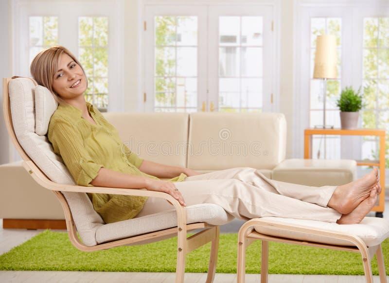 Γυναίκα που χαλαρώνει στο σπίτι στοκ φωτογραφία με δικαίωμα ελεύθερης χρήσης