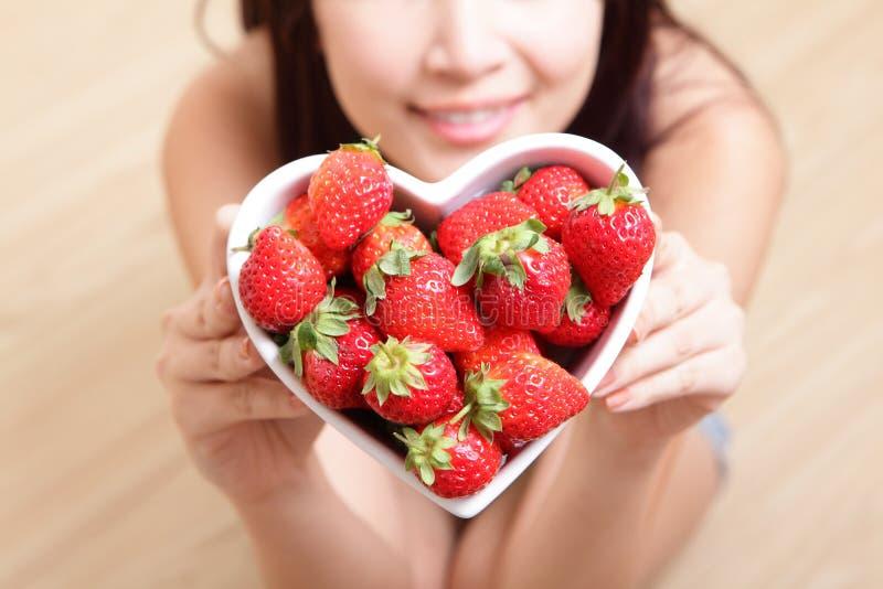 Γυναίκα που χαμογελά με τη φράουλα στοκ φωτογραφία με δικαίωμα ελεύθερης χρήσης