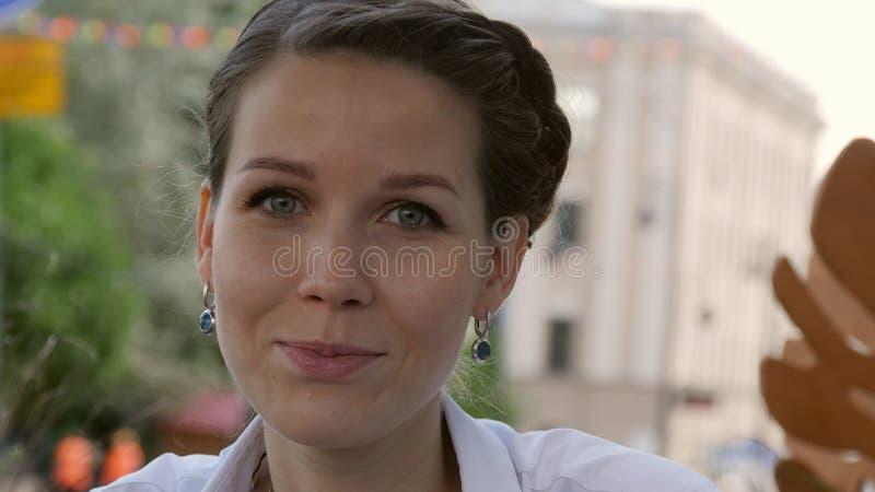 Γυναίκα που χαμογελά στον καφέ στοκ φωτογραφία με δικαίωμα ελεύθερης χρήσης