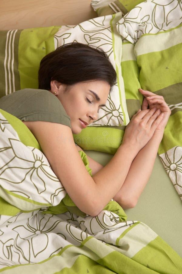 Γυναίκα που χαμογελά στον ύπνο στοκ εικόνες