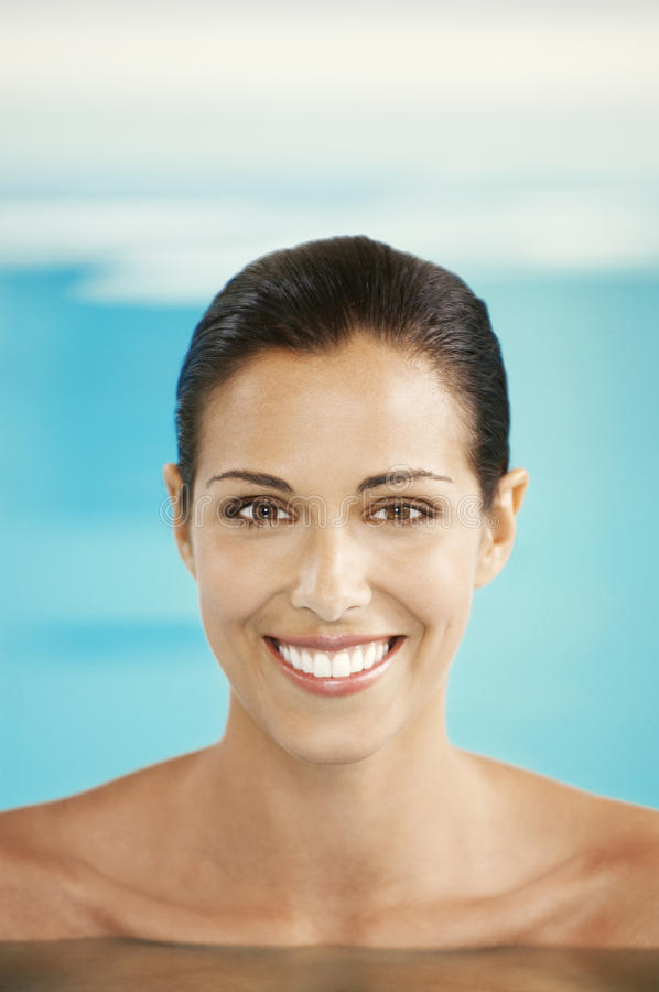 Γυναίκα που χαμογελά στην πισίνα στοκ εικόνα με δικαίωμα ελεύθερης χρήσης