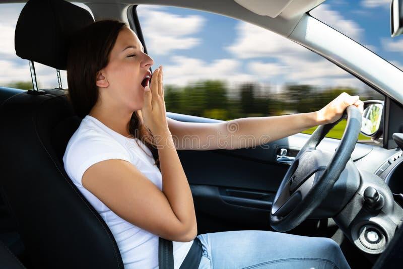 Γυναίκα που χασμουριέται μέσα στο αυτοκίνητο στοκ εικόνες με δικαίωμα ελεύθερης χρήσης