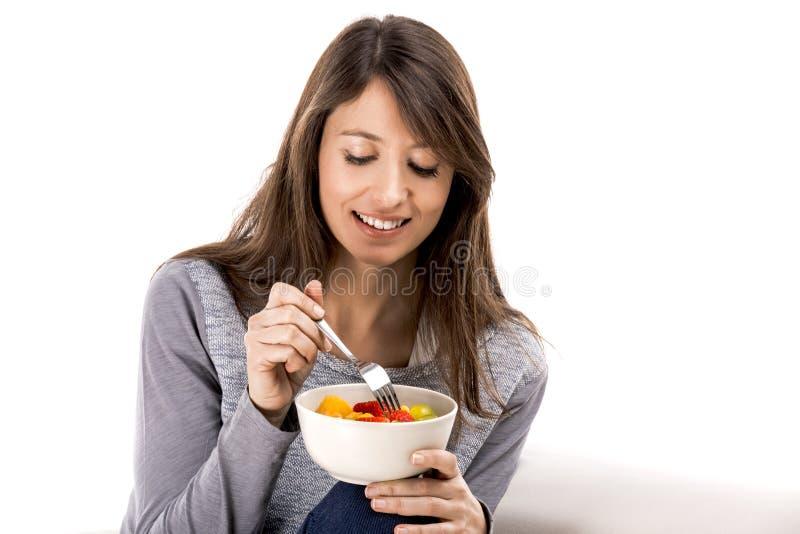 Γυναίκα που χαλαρώνει και που τρώει στοκ φωτογραφία