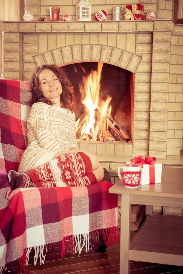 Γυναίκα που χαλαρώνει στο σπίτι στοκ εικόνα με δικαίωμα ελεύθερης χρήσης