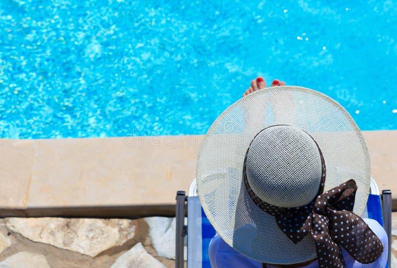 Γυναίκα που χαλαρώνουν στη λίμνη στοκ εικόνα με δικαίωμα ελεύθερης χρήσης