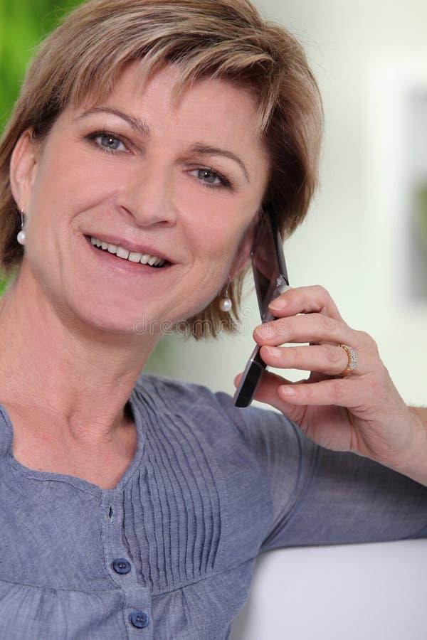 Download Γυναίκα που χρησιμοποιεί ένα κινητό τηλέφωνο Στοκ Εικόνες - εικόνα από πορτρέτο, τηλέφωνο: 22778874