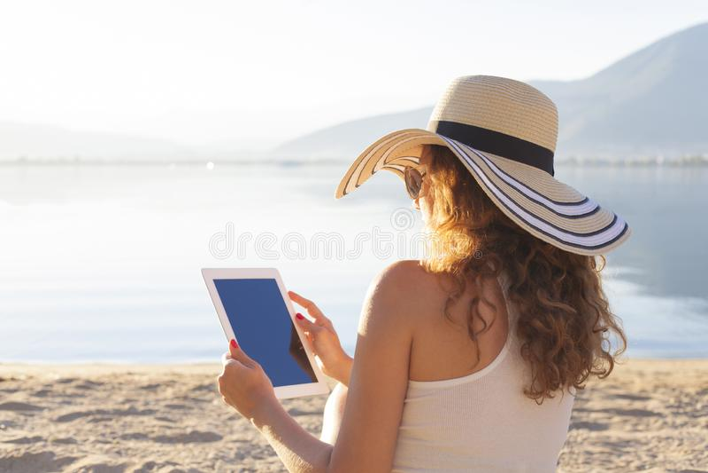 Γυναίκα που χρησιμοποιεί μια ταμπλέτα στοκ εικόνα με δικαίωμα ελεύθερης χρήσης