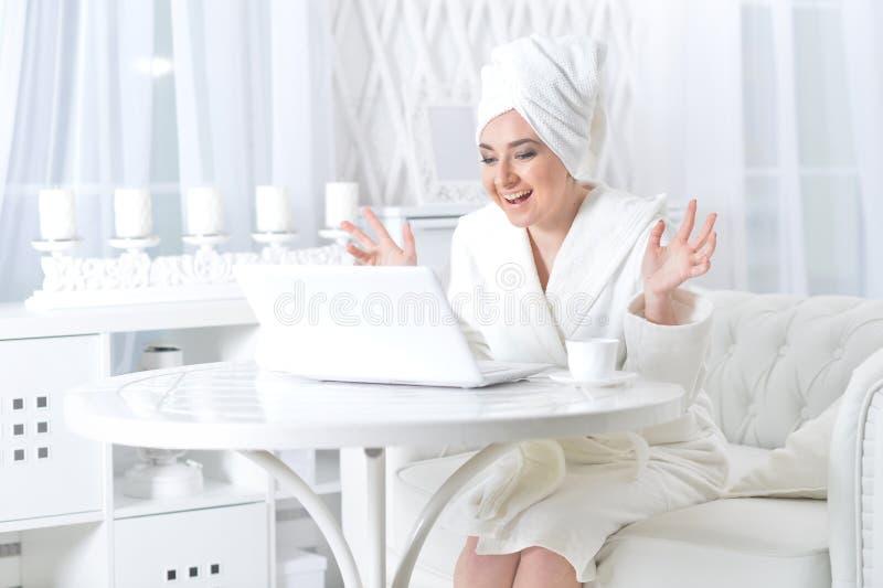 γυναίκα που χρησιμοποιεί στο lap-top στοκ φωτογραφίες με δικαίωμα ελεύθερης χρήσης