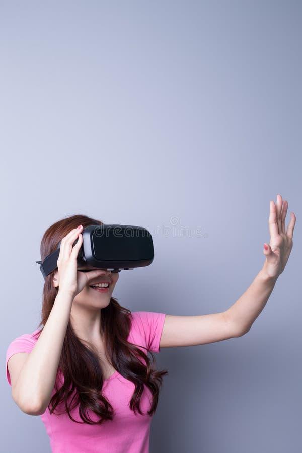 Γυναίκα που χρησιμοποιεί τα γυαλιά κασκών VR στοκ φωτογραφία