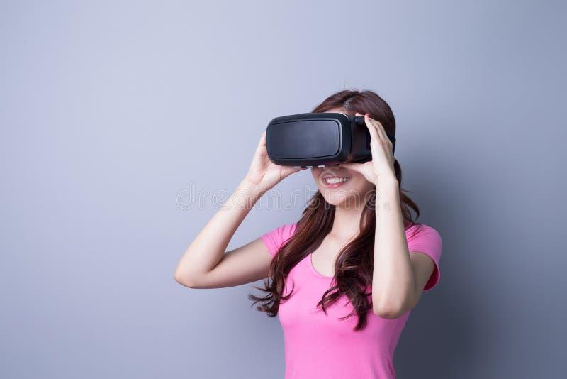 Γυναίκα που χρησιμοποιεί τα γυαλιά κασκών VR στοκ εικόνα