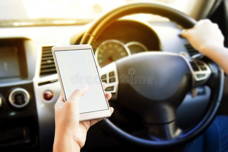 Γυναίκα που χρησιμοποιεί την ανοικτό κινητό ναυσιπλοΐα εφαρμογής smartphone ή το ΠΣΤ της οδηγώντας Θολωμένο εσωτερικό υπόβαθρο αυ στοκ φωτογραφία με δικαίωμα ελεύθερης χρήσης