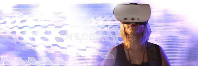 Γυναίκα που χρησιμοποιεί την κάσκα εικονικής πραγματικότητας με τις γεωμετρικές μεταβάσεις στοκ φωτογραφία με δικαίωμα ελεύθερης χρήσης