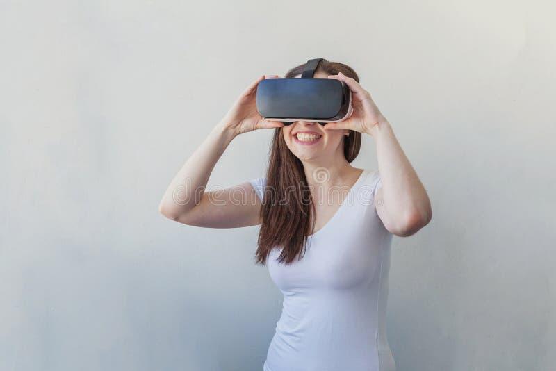 Γυναίκα που χρησιμοποιεί την κάσκα VR στοκ φωτογραφία