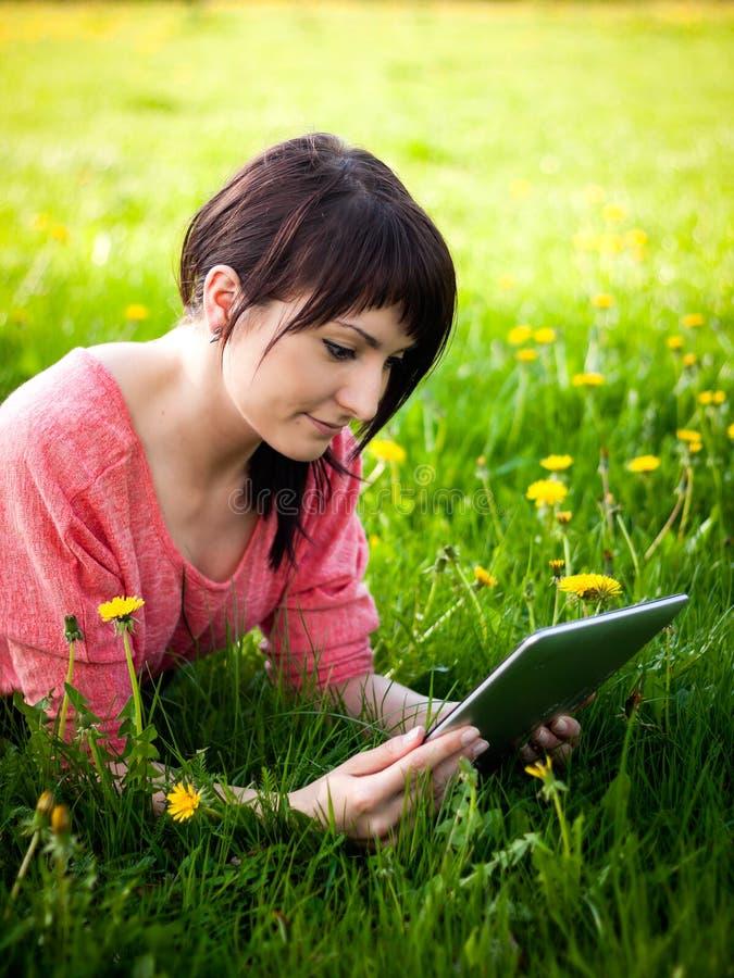 Γυναίκα που χρησιμοποιεί την ταμπλέτα υπαίθρια στοκ φωτογραφίες με δικαίωμα ελεύθερης χρήσης
