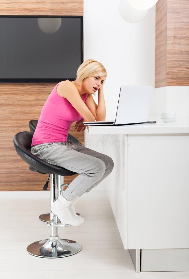 Γυναίκα που χρησιμοποιεί τη δυστυχισμένη αρνητική συγκίνηση lap-top στοκ εικόνα με δικαίωμα ελεύθερης χρήσης