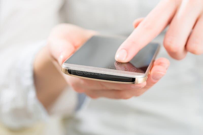 Γυναίκα που χρησιμοποιεί το κινητό έξυπνο τηλέφωνο στοκ εικόνα