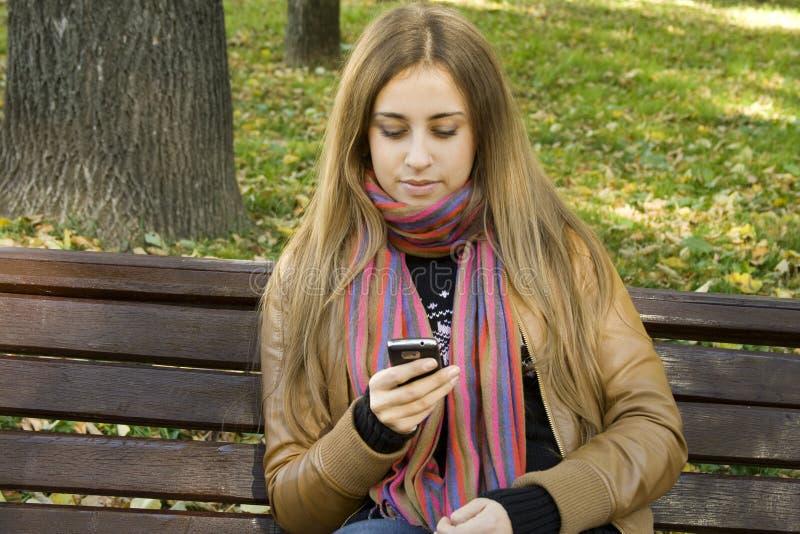 Γυναίκα που χρησιμοποιεί το τηλέφωνο κυττάρων στοκ εικόνες με δικαίωμα ελεύθερης χρήσης