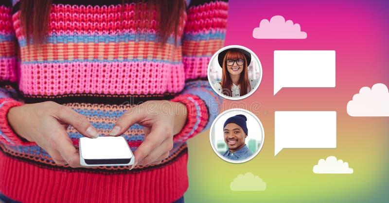 Γυναίκα που χρησιμοποιεί το τηλέφωνο με το σχεδιάγραμμα μηνύματος φυσαλίδων συνομιλίας στοκ εικόνα