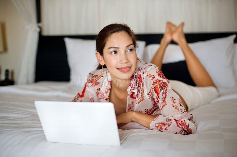 Γυναίκα που χρησιμοποιεί το lap-top στοκ φωτογραφία με δικαίωμα ελεύθερης χρήσης
