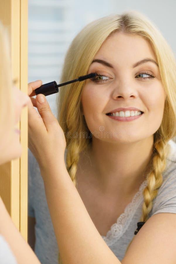 Γυναίκα που χρησιμοποιεί mascara στα eyelashes της στοκ εικόνες με δικαίωμα ελεύθερης χρήσης