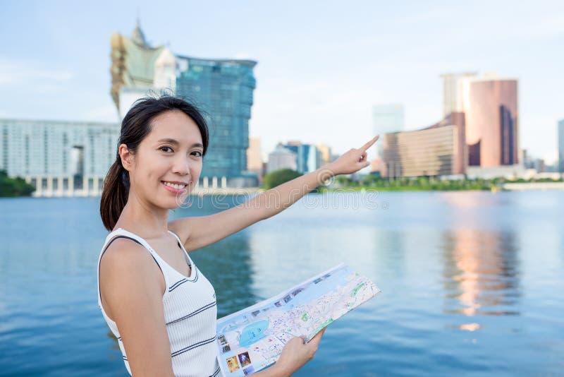 Γυναίκα που χρησιμοποιούν το χάρτη εγγράφου και δάχτυλο που δείχνει μακριά στοκ εικόνες