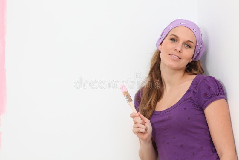 Γυναίκα που χρωματίζει κάνοντας τις εγχώριες βελτιώσεις στοκ εικόνες