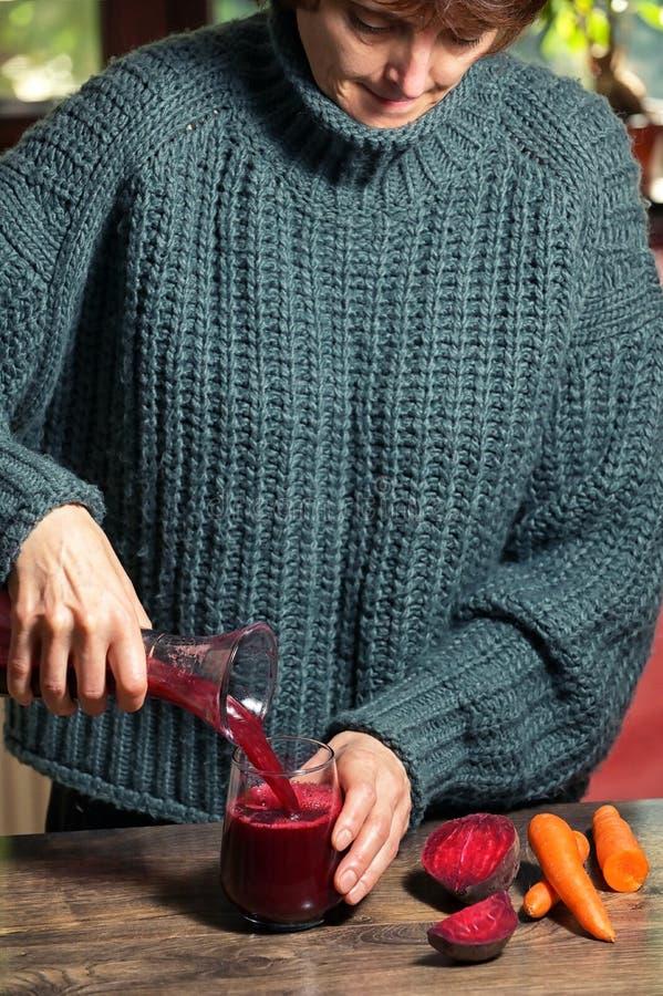 Γυναίκα Που Χύνει Τον Εαυτό Της Χυμό Ζαχαρότευτλου στοκ φωτογραφίες με δικαίωμα ελεύθερης χρήσης