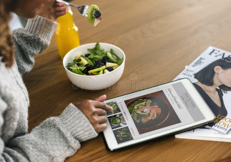 Γυναίκα που ψάχνει τα υγιή τρόφιμα on-line στοκ φωτογραφία με δικαίωμα ελεύθερης χρήσης