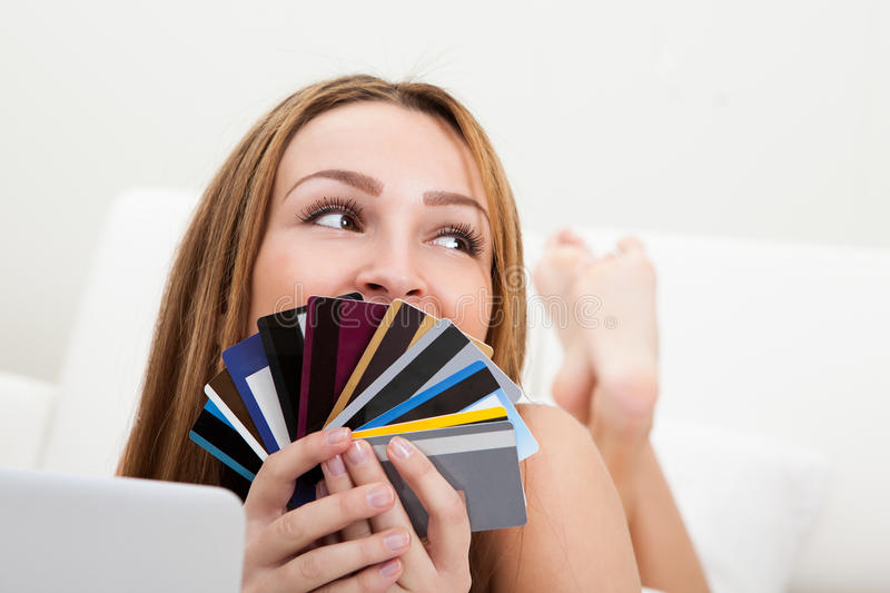 Γυναίκα που ψωνίζει με την πιστωτική κάρτα στοκ φωτογραφία