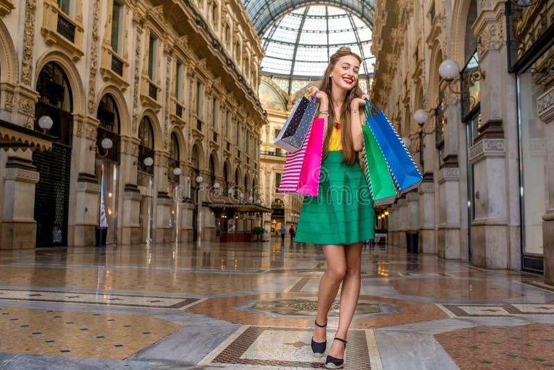 Γυναίκα που ψωνίζει στο Μιλάνο στοκ φωτογραφίες