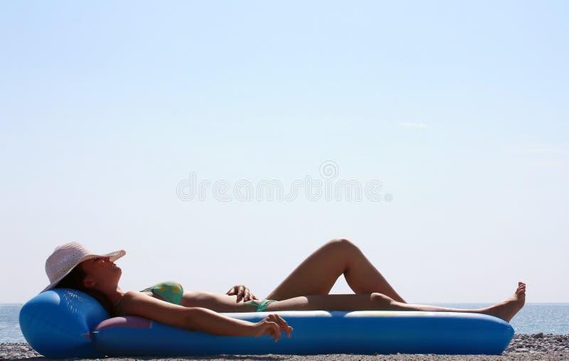 Γυναίκα πράσινο bikini που βρίσκεται στην παραλία στοκ φωτογραφία με δικαίωμα ελεύθερης χρήσης