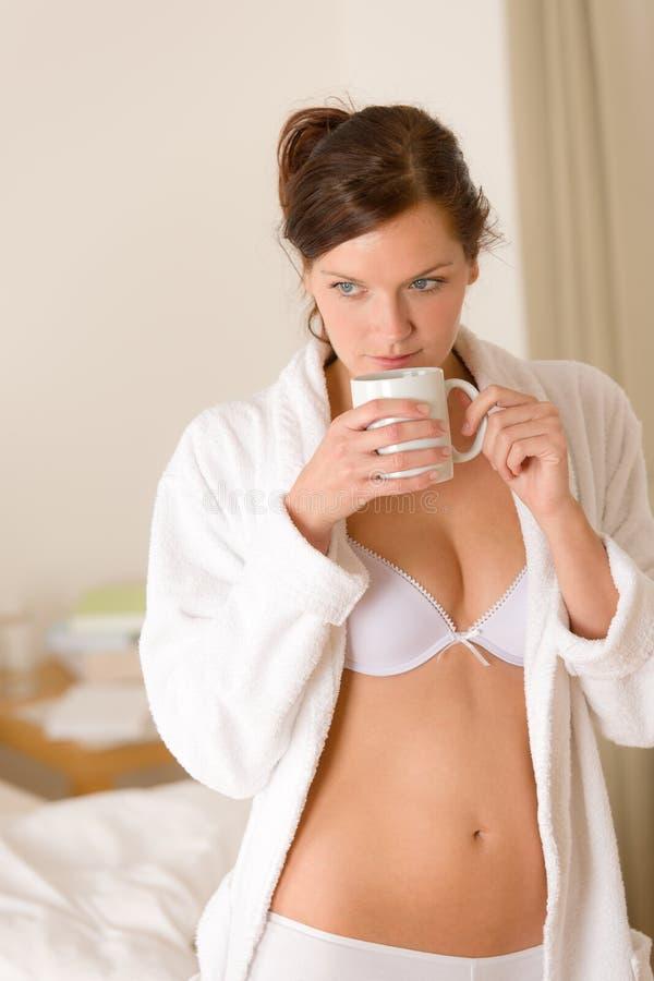 Download γυναίκα πρωινού καφέ κρεβ&a Στοκ Εικόνα - εικόνα από κουρτίνα, άγρυπνο: 17056203