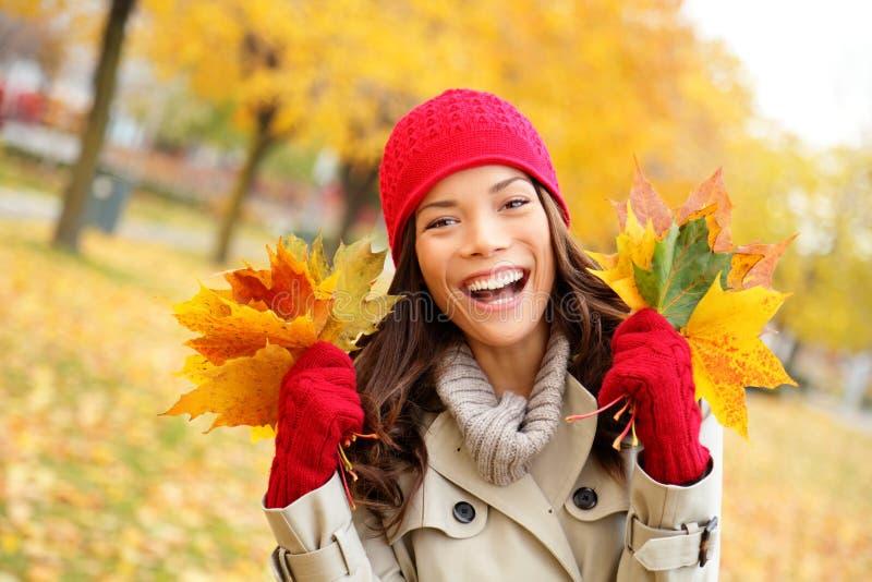 Γυναίκα πτώσης ευτυχής και ευδαιμονία στοκ εικόνα με δικαίωμα ελεύθερης χρήσης