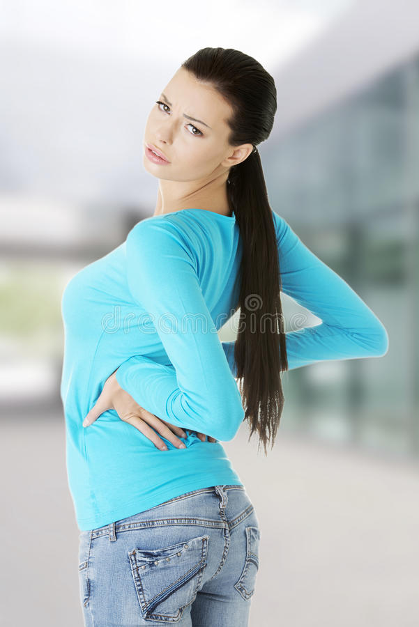 γυναίκα πόνου στην πλάτη στοκ φωτογραφία