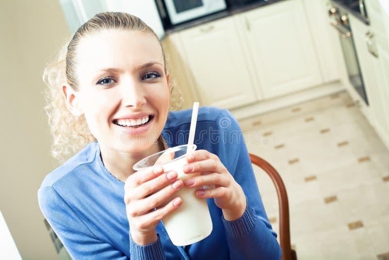 γυναίκα πόσιμου γάλακτο&s στοκ εικόνες με δικαίωμα ελεύθερης χρήσης