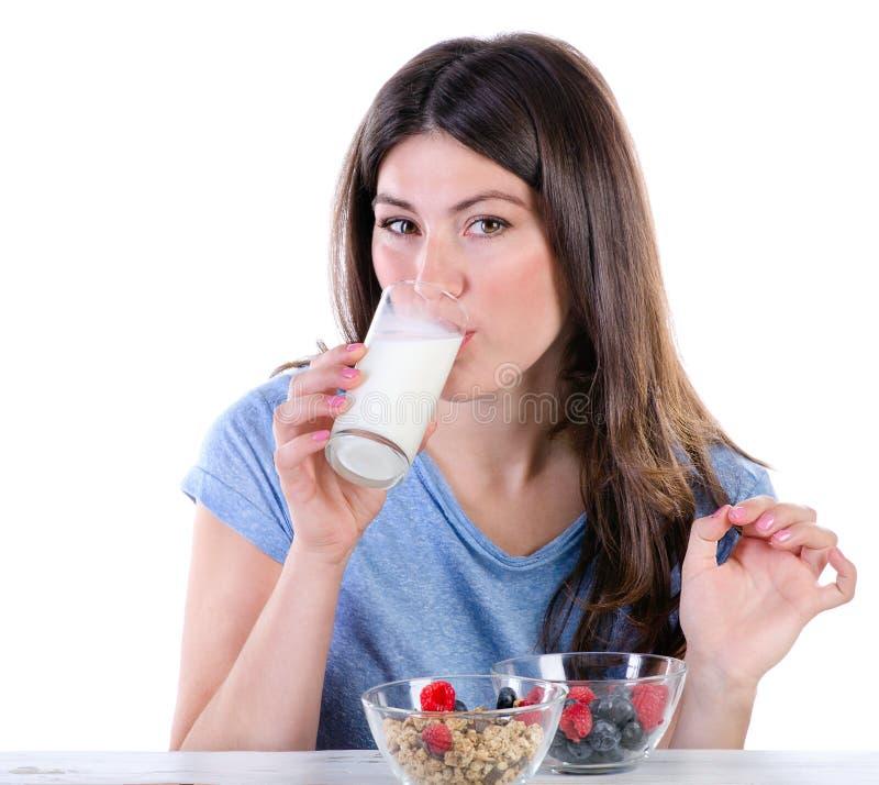 γυναίκα πόσιμου γάλακτος στοκ φωτογραφία