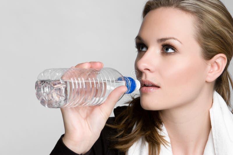 γυναίκα πόσιμου νερού στοκ φωτογραφίες