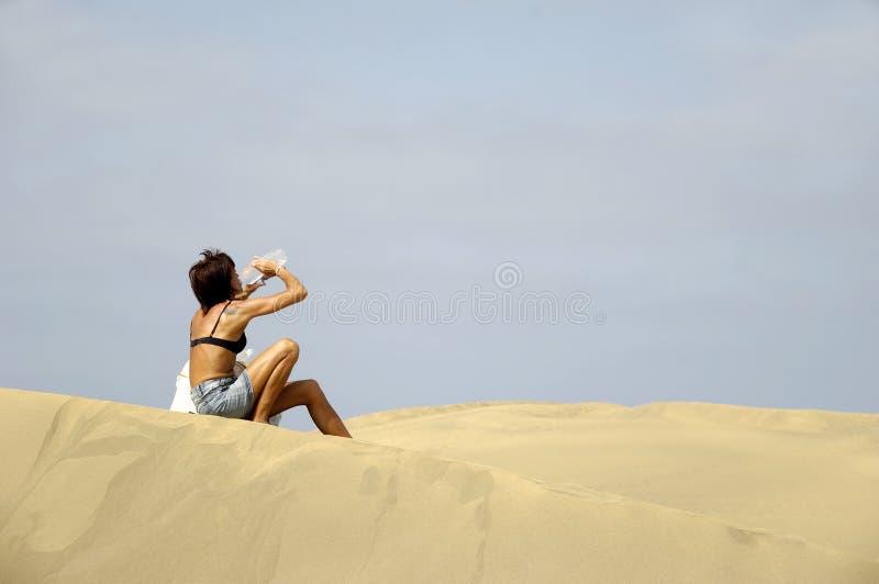 γυναίκα πόσιμου νερού στοκ εικόνες