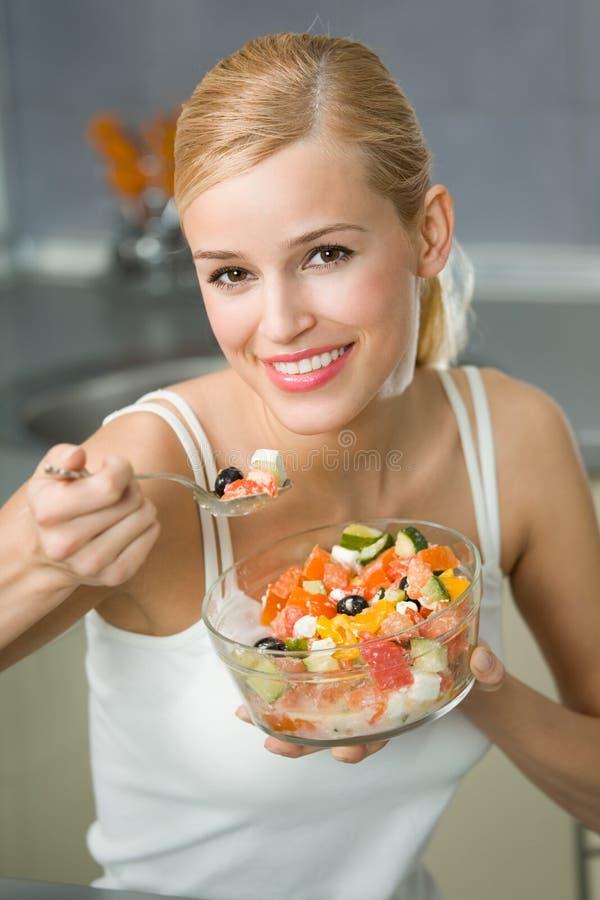 γυναίκα σαλάτας στοκ εικόνα