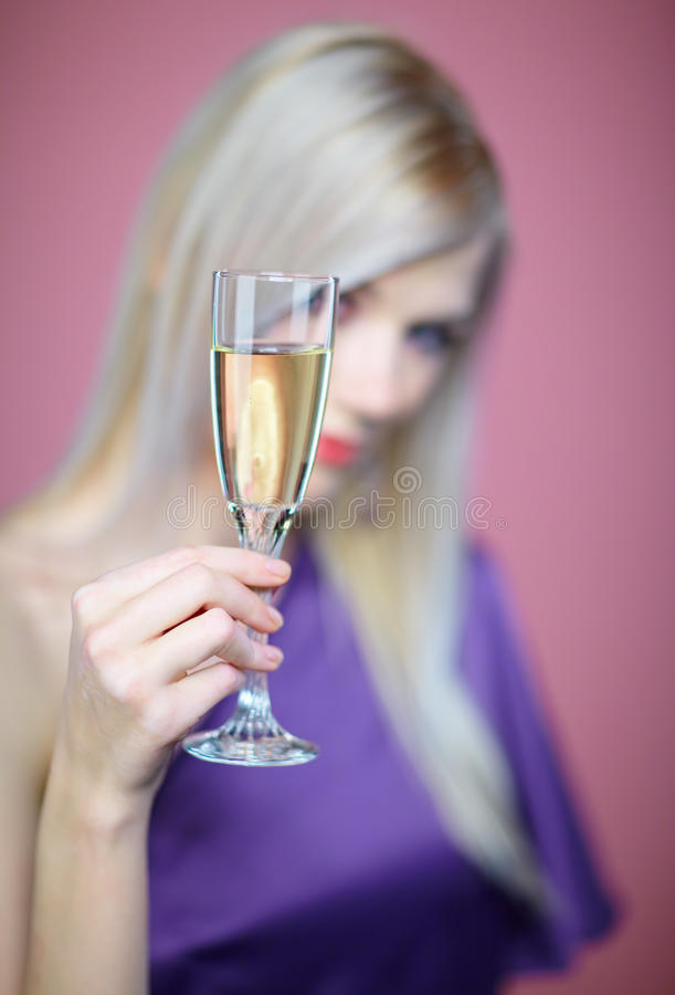Download γυναίκα σαμπάνιας στοκ εικόνες. εικόνα από τρίχωμα, μπαρεττών - 17055096